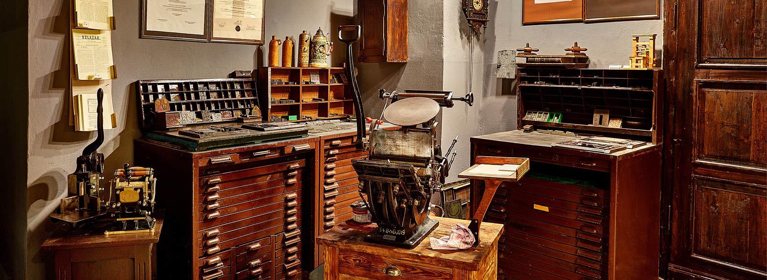 Muzeum Prasy Śląskiej kolekcjonuje i udostępnia zwiedzającym eksponaty związane z historią prasy i drukarstwa na Śląsku